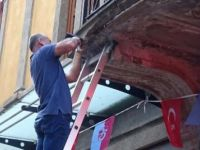 Fransız turistin kafasına beton düştü