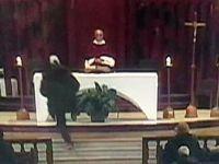 Rahibe canlı yayında bıçaklı saldırı