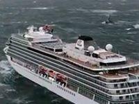 Turist gemisi bin 300 yolcuyla sürükleniyor