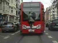 Tramvayı kaçırınca cam sileceğinde gitti