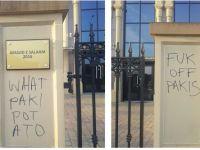 Caminin girişine ırkçı yazılar yazıldı