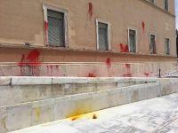 Yunan Parlamento binasına boyalı saldırı