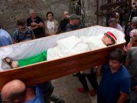 Ölümden dönenleri tabutta taşıma töreni