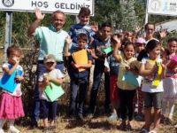 Eşekle köyleri gezerek çocuklara kitap dağıttı