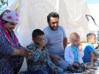 Gurbetçi aile, bayramı depremzedelerle geçirdi
