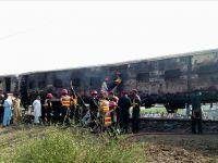 Pakistan'da yolcu treni alev aldı: 62 ölü