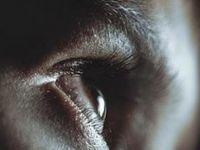 Göz akına dövme yaptıran genç körlük yaşadı