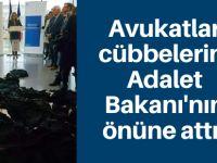 Avukatlar cübbelerini Adalet Bakanı'nın önüne attı