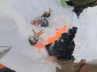 Çığ altında kalan kadın kayakçıları kurtardı