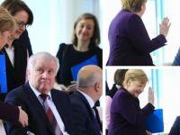 Korona nedeniyle Merkel'in elini sıkmadı