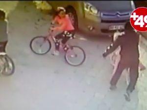 9 yaşındaki kızın başına parke taşıyla vurdu