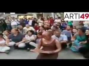 Polis eylemciyi 'heykel' zannetti