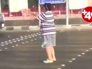Sokakta 'Macarena' dansı yapan çocuk gözaltına alındı