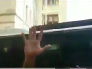 Lise öğrencilerini kameralar önünde dövdüler