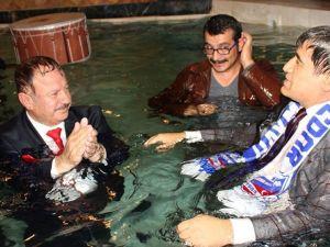 AK Partili Başkan takım elbisesiyle havuza girdi