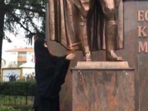 Atatürk Anıtı'na baltayla saldırıp kaçtı