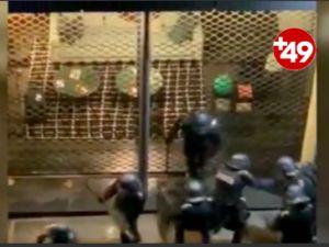 Fransa'da 7 polis, bir göstericiyi darbetti