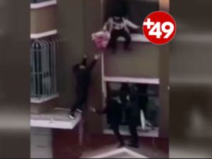 2. kattan düşen bebeği havada yakaladı