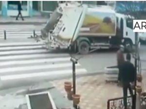 Yaya geçidinde kamyon çarptı