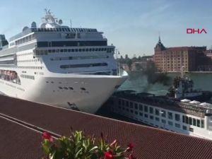 Cruise gemisi, bir gemiye ve limana çarptı
