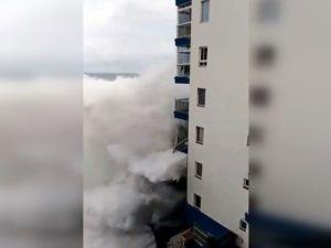 İspanya'da apartman yüksekliğinde dev dalgalar