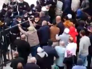 Umreciler, polisle çatıştı