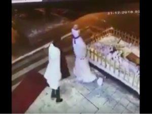Kardan adamı tekmeleyen kadın kameraya takıldı