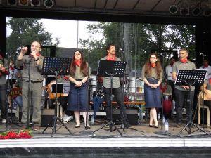 Grup Yorum Almanya'da yağmur altında konser verdi